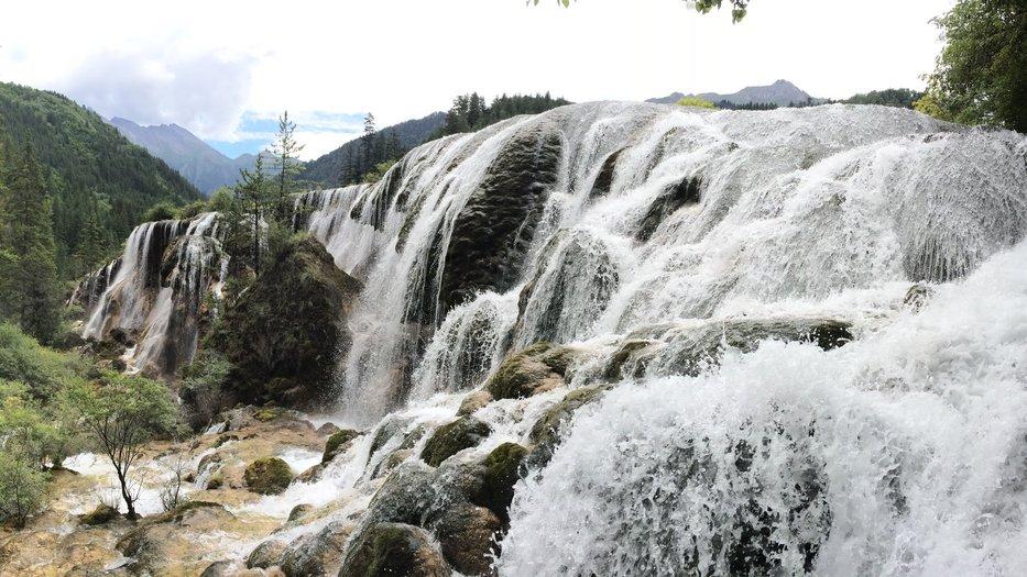 Travertine_waterfall_Jiuzhaigou_NP_China