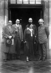 Einsteins in group, 1931