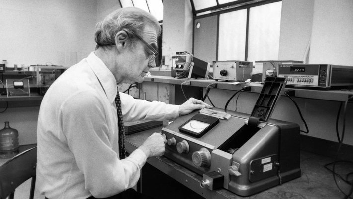 photo of Rolf Sabersky with spectrophotometer